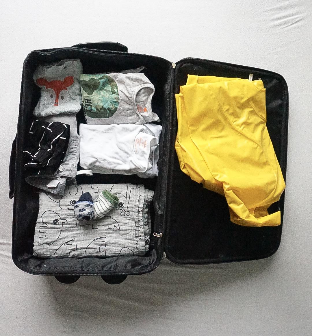 Ingepakte koffer voor een tweeling