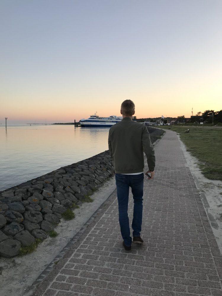 Lopen langs de zee op