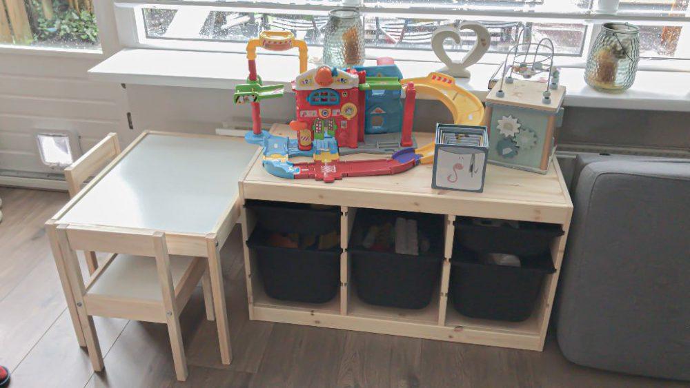 De speelhoek met Trofast opberger en Lätt kindertafel met twee stoeltjes van Ikea.