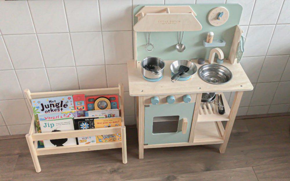 Het keukentje van Little Dutch en de boekenstandaard Flisat van Ikea.